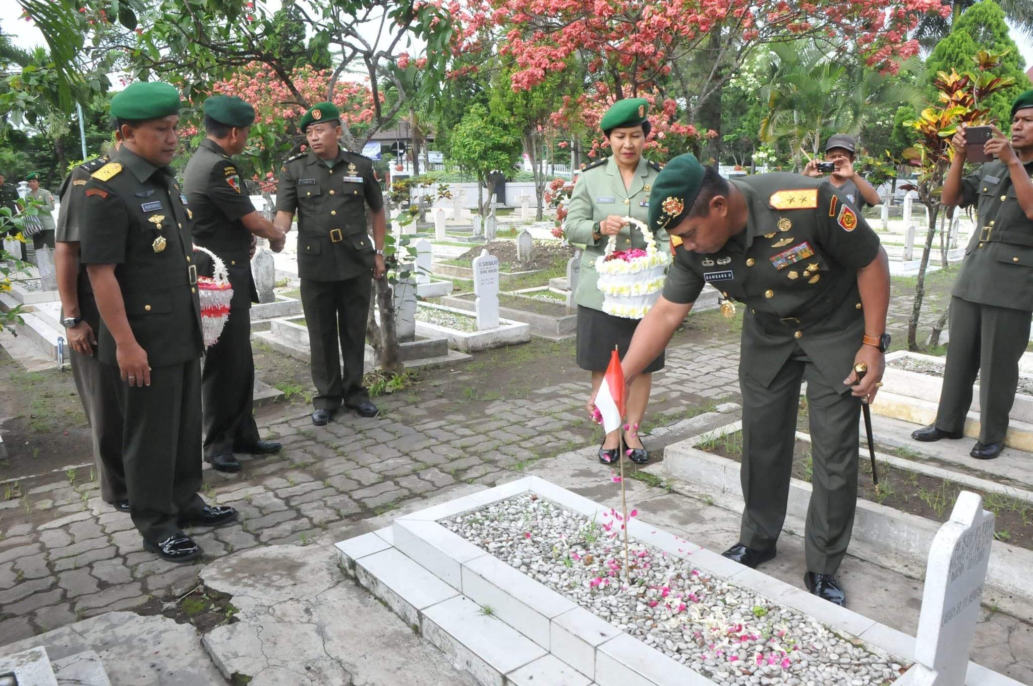 2. Panglima Divisi 2 Kostrad Mayjen TNI Bambang Haryanto tabur bunga