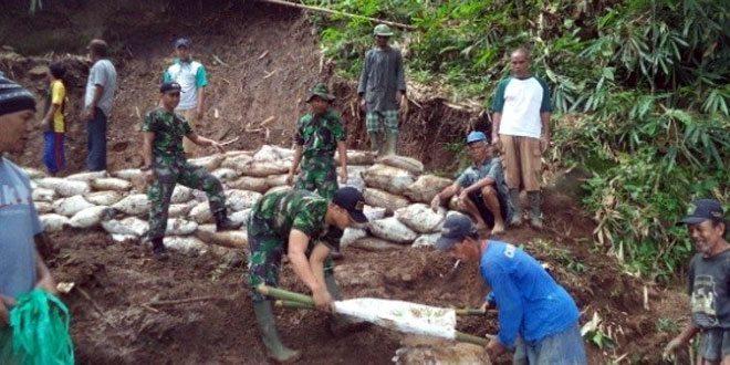 Kerja Bhakti Koramil 19/Bumijawa Antisipasi Longsor di Desa Sokasari