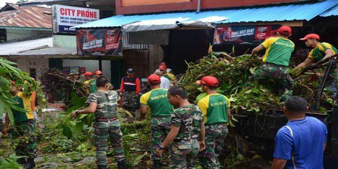 Satgas Pamtas Gabungan Yonif 501/BY-TDM Jum'at Bersih Dijalan Lintas Malindo dan Pasar Entikong