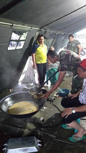 Prajurit TNI Dirikan Dapur Umum Untuk Korban Banjir
