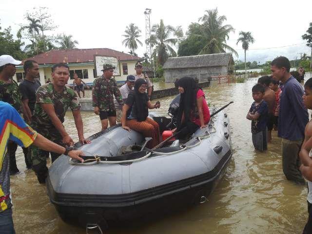 Prajurit TNI Kodam IM Bantu Evakuasi Korban Banjir
