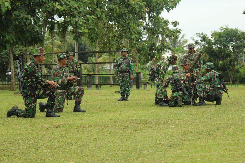Personel Yonif 113/Jaya Sakti Latihan Eksersisi Menembak Senjata Kelompok