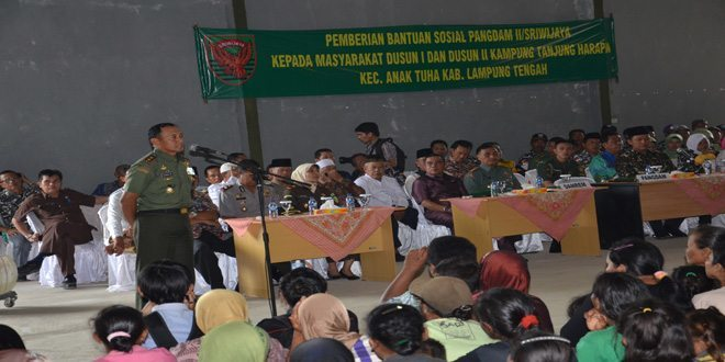 Pangdam II/Sriwijaya Beri Bantuan Sosial Kepada Para Pengungsi Masyarakat Kampung Tanjung Harapan Provinsi Lampung