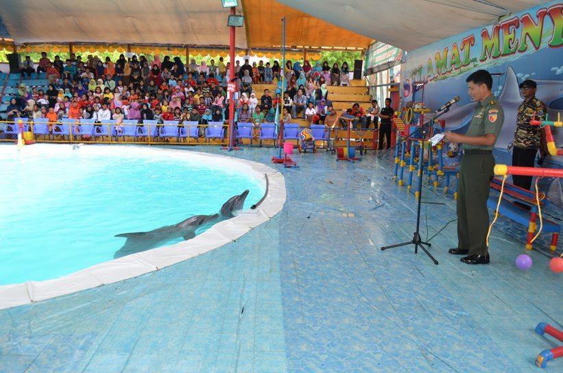 Korem 084/BJ, FKPPI Bersama Anak-Anak Yatim Gelar Pertunjukan Nonton Gratis Atraksi Lumba-Lumba