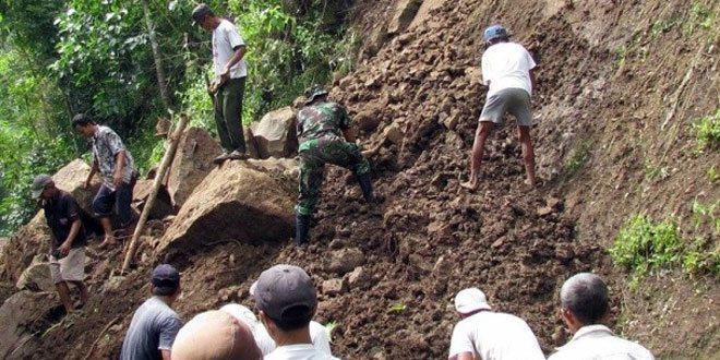 TNI Bersama Rakyat Bantu Atasi Kerusakan Longsor Karanggayam