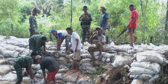 Koramil 08/Alian Melaksanakan Karya Bakti Perbaiki Tebing Longsor