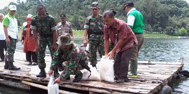 Dandim 0709/Kebumen Bersama FKPD Kab. Kebumen Tabur Benih Ikan di Waduk Sempor Kab. Kebumen