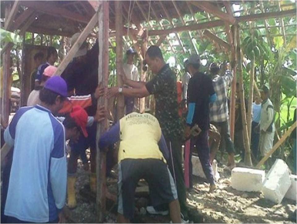 1 Dandim 0813 Letkol Arh Sjahrir Rijadi bersama Karang Taruna dan Masyarakat Ds. Ngumpak Dalem, sedang membongkar rumah Pak Bambang untuk direnovasi