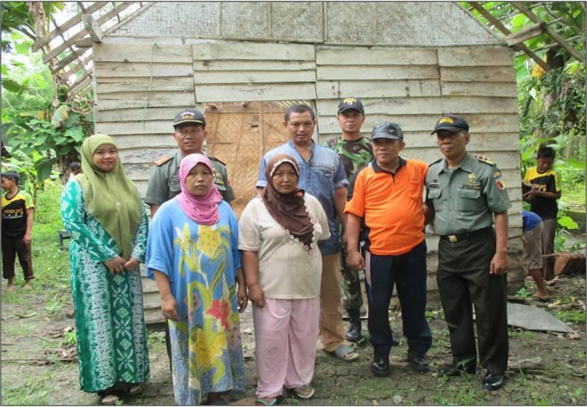 1. Bu Atminah ( baju putih ) bersama Dandim 0813, Danramil 0813-05 Dander Kapten Inf Jamari serta masyarakat didepan rumahnya sebelum direnovasi
