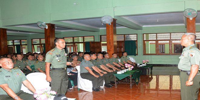 3. Danrem 081 Kolonel Czi M. Reza Utama saat menerima laporan dari Mayor Inf Eko Wardoyo