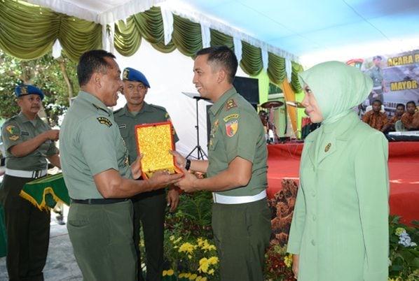 3. Kasrem 081 Letkol Inf Akhyari, S.I.P saat memberikan Cinderamata kepada Mayor Cpm R. Tri Cahyo Budi A. S.I.P (Dandenpom Lama)