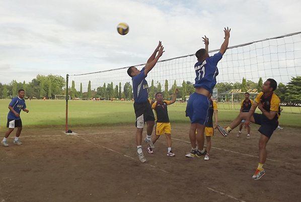 3. Peserta olahraga bersama saat main bola volly