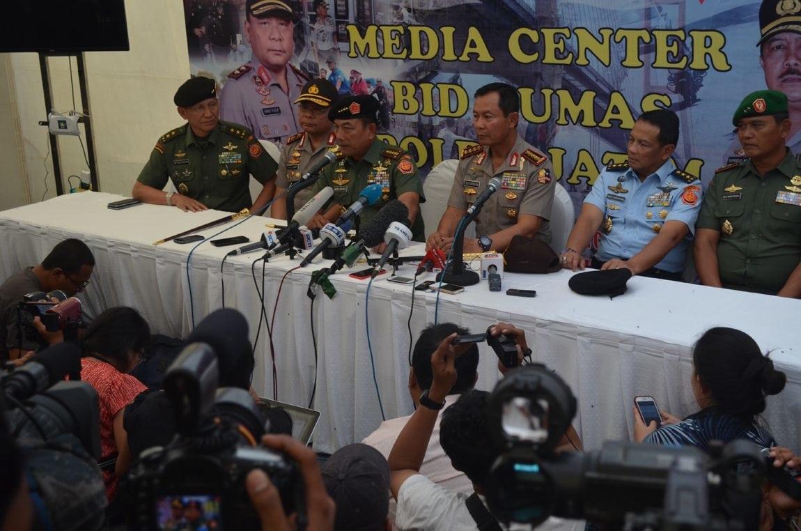 4. Konferensi Pers Pang TNI & Kapolri di Media Center Polda Jatim terkait dengan jatuhnya Air Asia