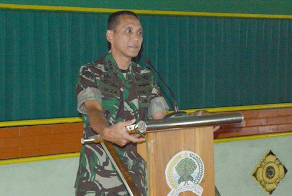 6. Danrem 081 Kolonel Czi M. Reza Utama saat memberikan pengarahan kepada anggota Korem 081