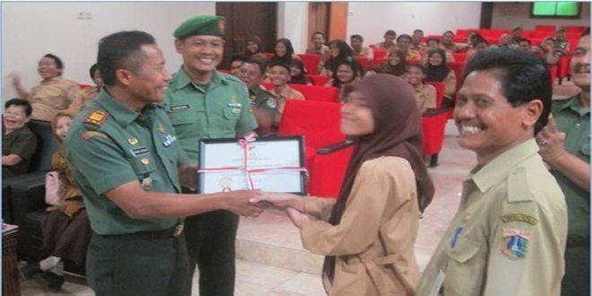 Dandim 0503/Jb Serahkan Penghargaan SMA Negeri 17 Jakarta