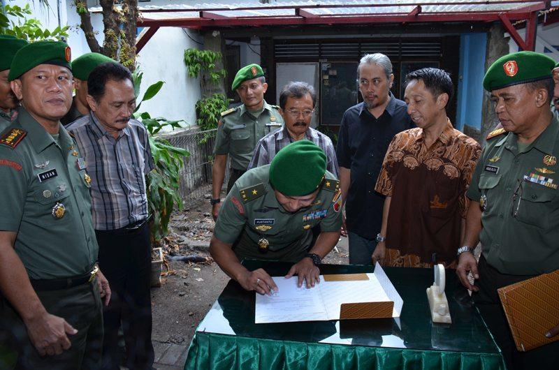 Kasdam menandatangani berita acara penyerahan Rumdis Jl Johar
