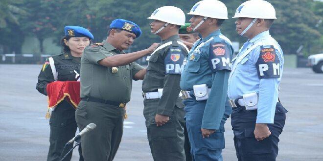 Penyematan tanda oleh Dangartap ke perwakilan POM TNI