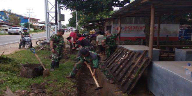 Koramil 1202-16 Sedau Bersama Masyarakat dan Aparat Kecamatan Bersihkan Parit