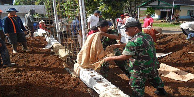 TNI dan Warga Bangun Masjid