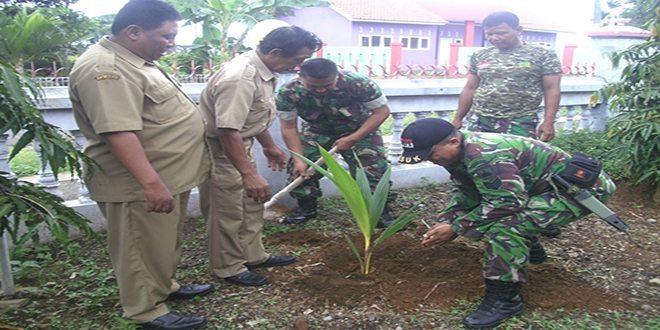 TNI-Warga Tanam Pohon Kelapa