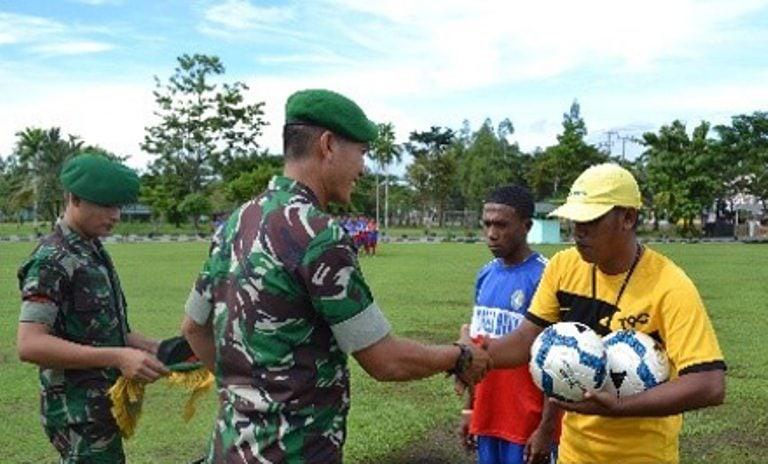 Pemberian Bantuan Bola Dan Seragam Sepak Bola Kepada Tim Sepak Bola Sekolah Sepak Bola Mania Binaan Yonif 752/VYS