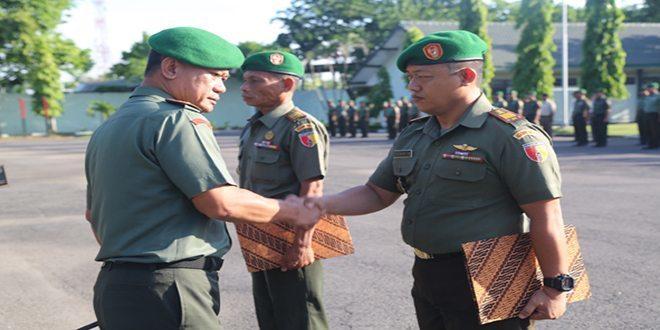 Danrem 084/BJ Beri Penghargaan 3 Anggota Kodim 0829/Bangkalan Yang Berprestasi