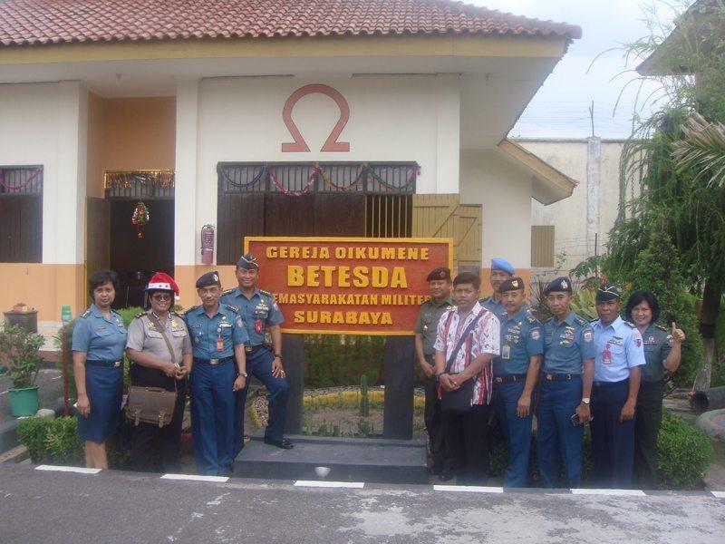 panitia foto di depan gereja yg berada di Masmil Surabaya