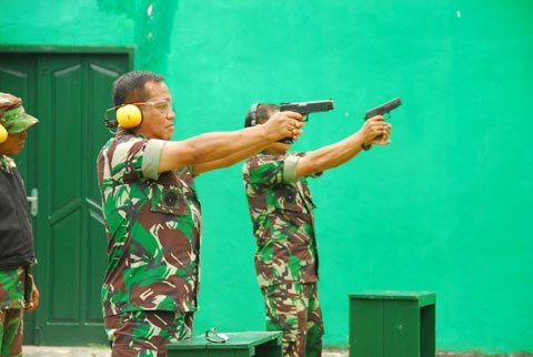 Pangdam Vi/Mlw Latihan Menembak Pistol Dan Membawa Panser Anoa