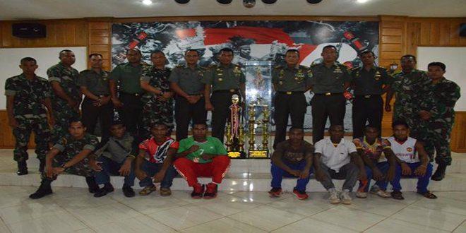 Danrem 174/Atw Terima Piala Suara 1 Volly Kapolres Cup I Dari Tim Volly Anim Ti Waninggap