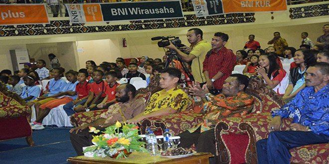 Danrem 172/PWY Menyerahkan Medali Emas Pemenang Olympiade Sains Olahraga dan Seni Se-Provinsi Papua Tahun 2015