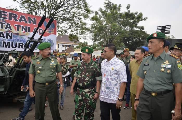 KASDAM II/SWJ BUKA PAMERAN ALUTSISTA TNI AD DAN BAZAR MURAH KOREM 043/GATAM
