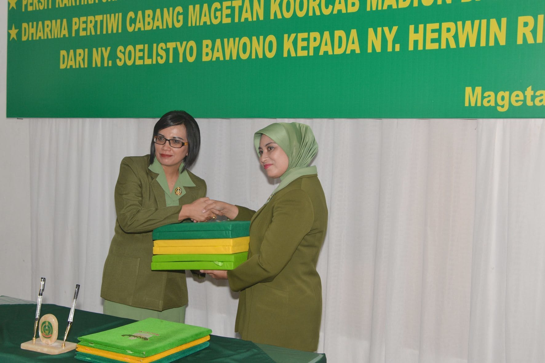 Jabatan Ketua Persit KCK Cabang XVIII Kodim Magetan di Serah Terimakan