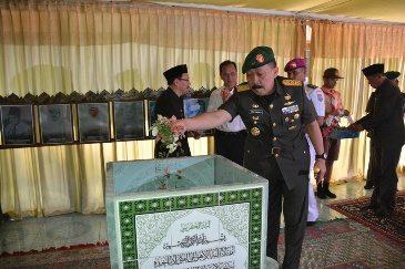 Hari Berkabung Daerah, Pangdam XII/Tpr Tabur Bunga di Makam Juang Mandor