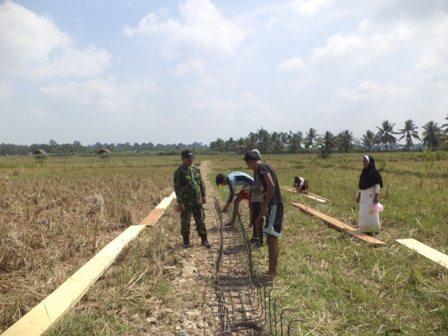 Babinsa Koramil 06/Cerenti Mengawasi Dan Mendampingi Pembangunan Perbaikan Jaringan Irigasi Tersier