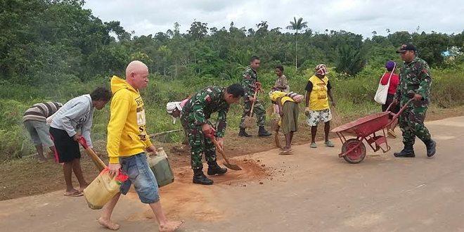 Kodim 1711/BVD Bersama Masyarakat Bersihkan Sepanjang Jalan Trans Papua