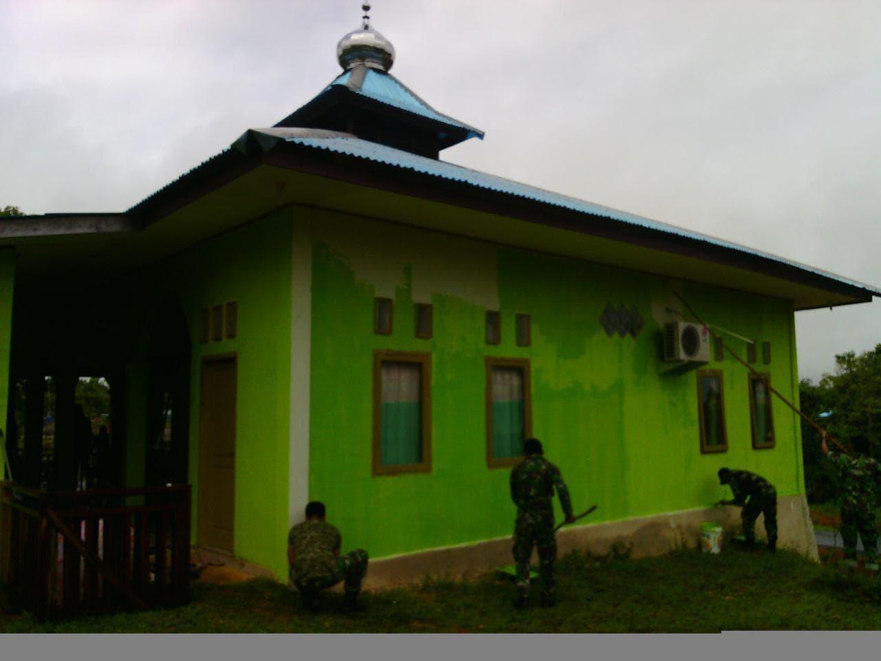Sambut Puasa Prajurit Kodim 1711/BVD Laksanakan Pembersihan Dan Pengecatan Masjid Al Iklas