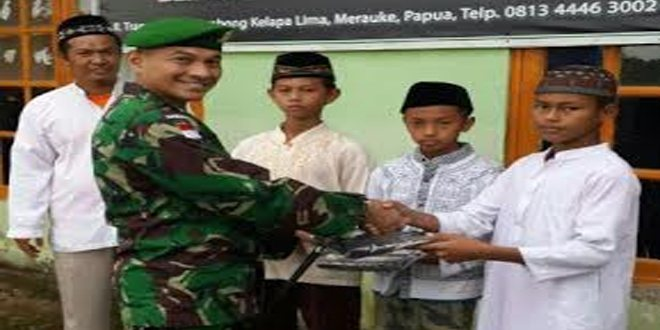 Dansatgas Pamtas Yonif 613/RJA bantu perlengkapan sholat kepada anak panti asuhan Hidayatullah