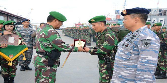 Pangdam VI/Mlw Pimpin Upacara Pelepasan Satgas Pamtas RI-Malaysia Yonif 405/Sk