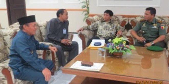 """Bupati Lamongan didampingi Dandim 0812 terima kunjungan Tim Penilai """" Penghargaan Satya Lencana Wirakarya """""""