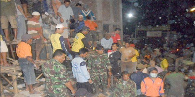 Babinsa Ramil Panekan bersama rakyat Renovasi Masjid (2)