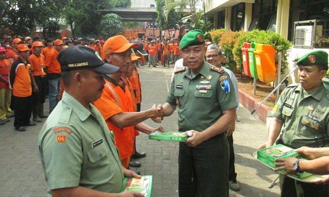 Dandim 0501/Jakarta Pusat Bs Bagikan Kain Sarung Kepada Simpatisan Ciliwung