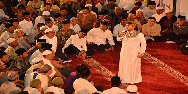 Umat Muslim Sumatera Barat Penuhi Masjid Raya