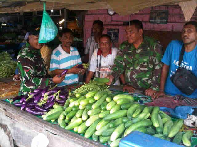 Babinsa Ramil 08/Lhoksukon Melaksanakan Pengecekan Harga Sayur Mayur Di Pasar Lhoksukon
