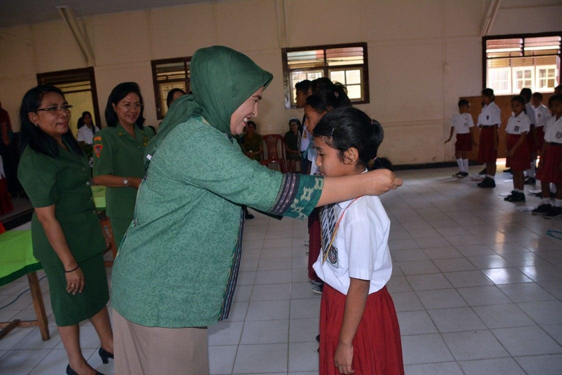 Ketua Persit Kck Pd XVI/Pattimura Buka Kegiatan Mos Sekolah Kartika