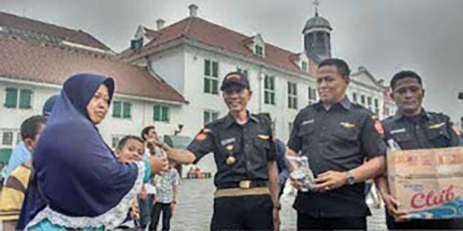 Mitra Garnisun 0503/JB Bersama Babinsa Koramil 01/TS Berbagi Takjil di Kota Tua