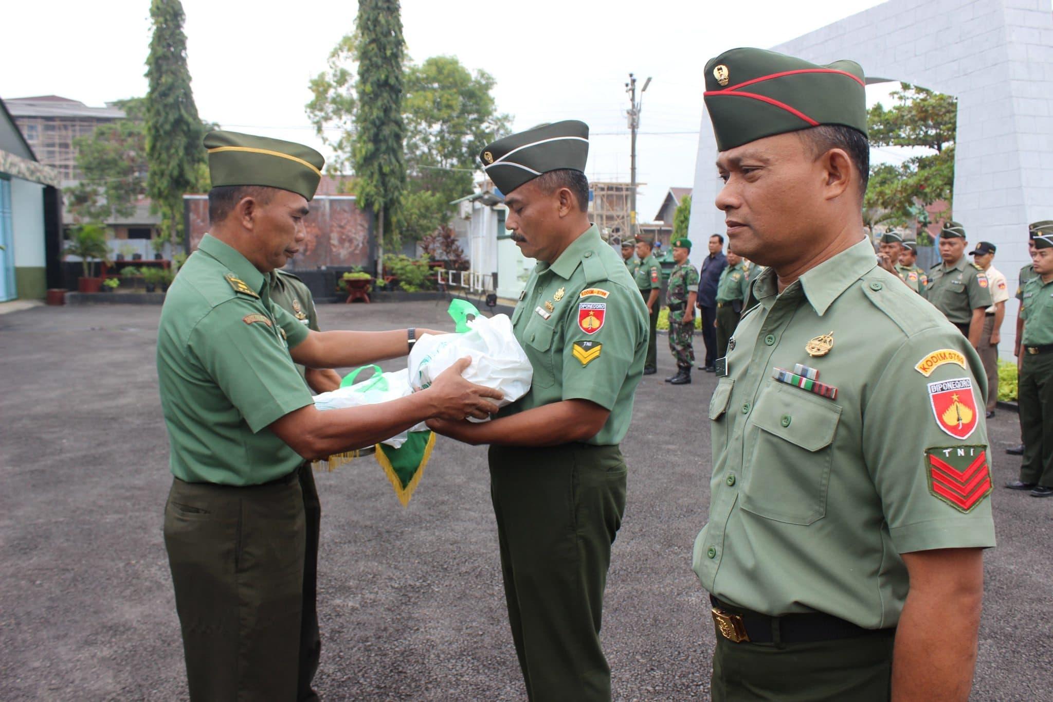 Kado Lebaran Prajurit Terima Bingkisan Pangdam IV/Diponegoro