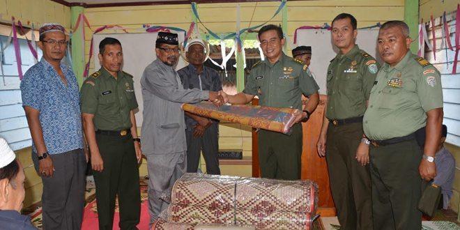 Kasrem 011/LW Serahkan Bantuan di Balai Pengajian Madin Darussalam