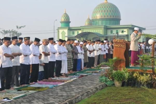Shalat Idul Fitri Warga Penuhi Lapangan Makodam XII/Tpr