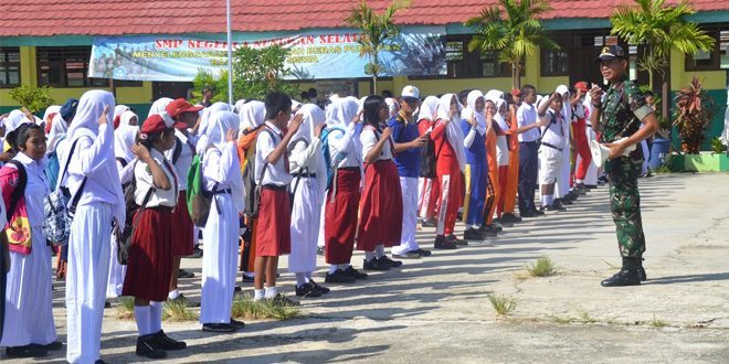 Satgas Pamtas 521/DY Memberikan Pelatihan Baris Berbaris Kepada Siswa-siswi MOS SMPN1 Nunukan Selatan