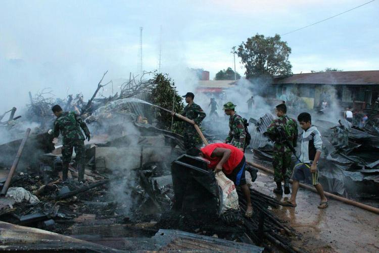 Anggota Satgas Pamtas RI-Png Kosektor Selatan Brigif 20/Otamanasa & Yonif 711/Raksatama Bersama Masyarakat Berhasil Padamkan Kebakaran